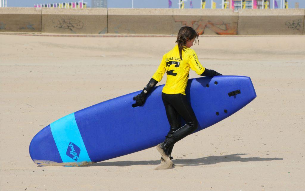 Met surfboard lopen naar de Scheveningse zee