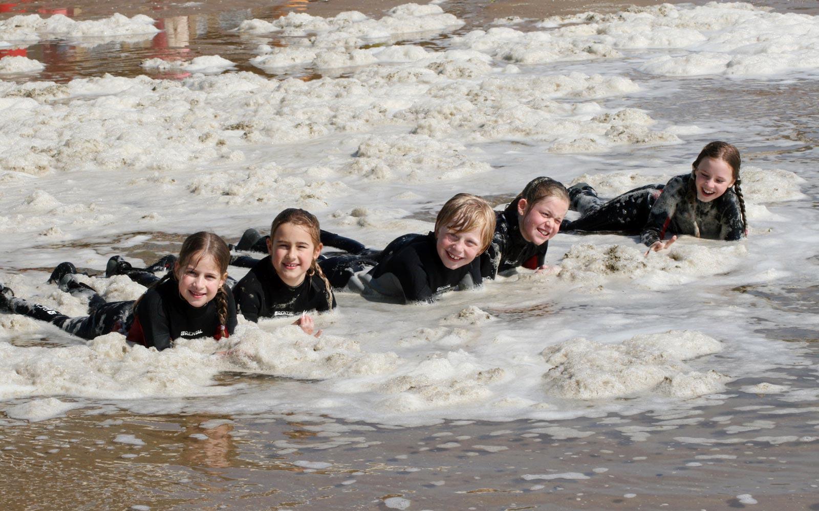 Tijdens de surflessen is er veel plezier