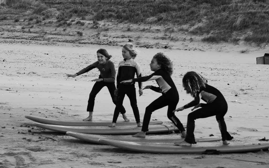 Surfen oefenen op het strand